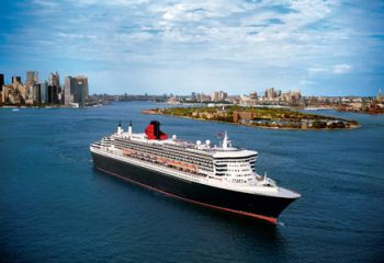 Queen Mary 2 vor der Skyline New Yorks